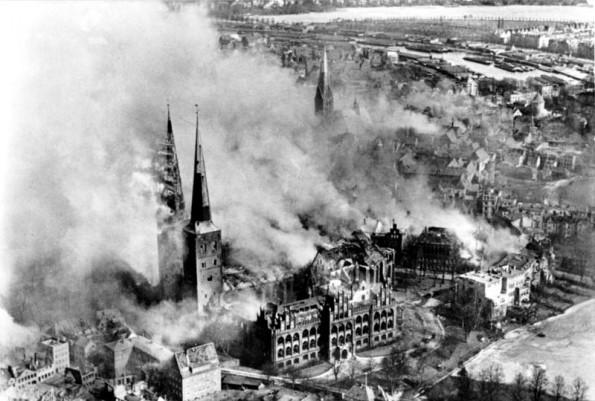 Bundesarchiv_Bild_146-1977-047-16_Lübeck_brennender_Dom_nach_Luftangriff-595x401