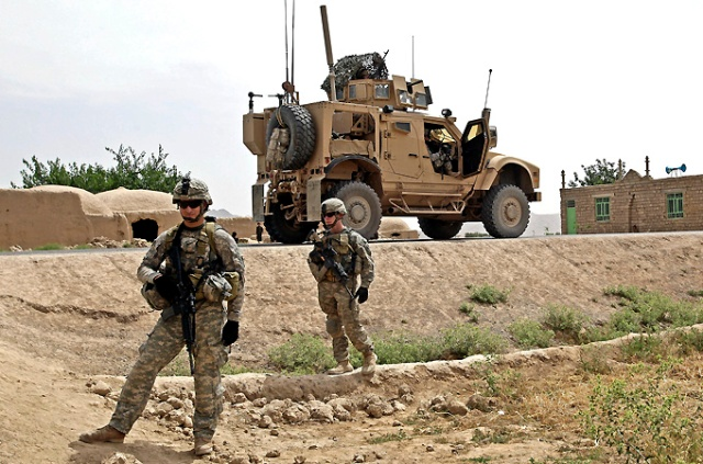 epa02167124 US troops from the 4th Squad 73rd Cavalry of the 82nd Airborne Division iniciating a patrol mission on a village on the outskirts of Shewan, Farah province, Afghanistan, 20 May 2010.  EPA/TIAGO PETINGA